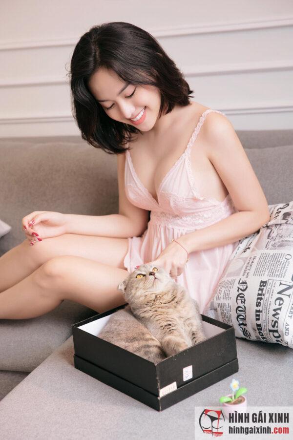 Hot girl Thúy Vi khoe trọn bầu ngực khủng cùng Mèo cưng